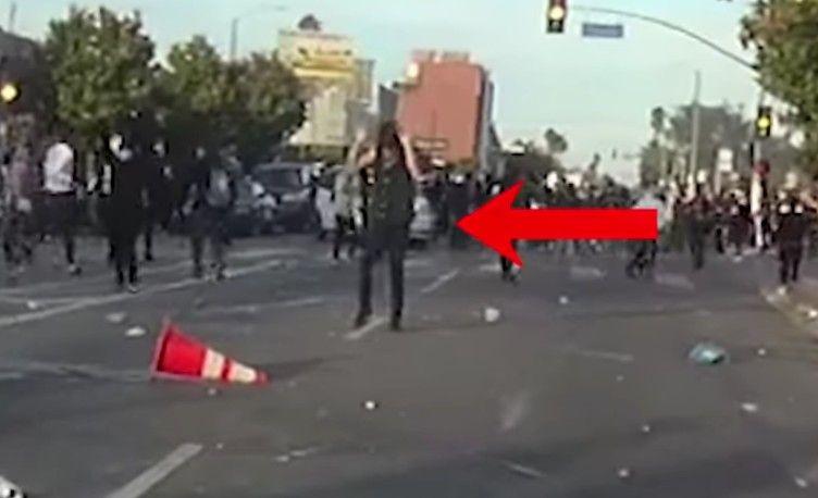 VIDEO: Manifestante recibió disparo de LAPD en la cabeza no obstante levantar sus manos