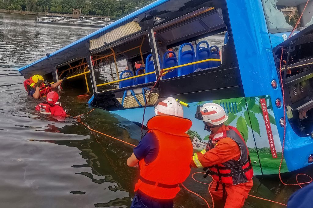 Cae autobús de estudiantes a un embalse en China; hay al menos 21 muertos