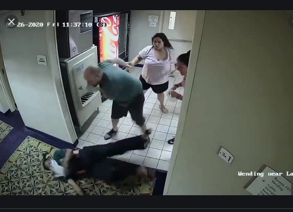 """Detienen y acusan de odio a pareja neoyorquina que golpeó y llamó """"mona"""" a empleada de hotel"""