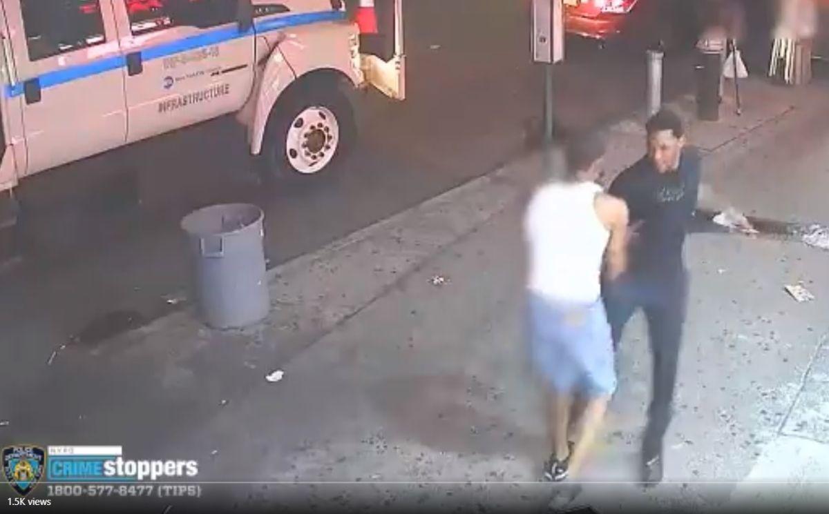 Captan en video apuñalamiento flagrante en plena calle de Nueva York