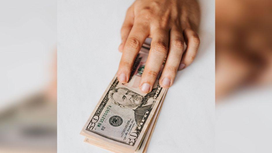 Quiénes SÍ y quiénes NO califican para recibir los $400 extras de ayuda de desempleo que propuso Trump