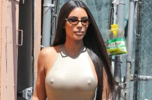 En tanguita y sostén, Kim Kardashian se posó de frente al sol