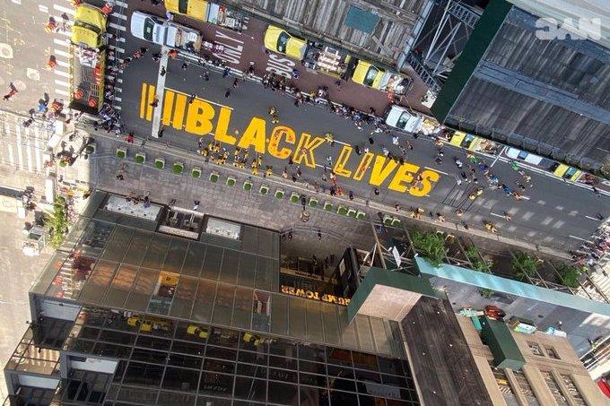 Pintan polémico gran letrero BLM frente a Torre Trump; acusan de mentir a manifestante que dijo haber sido arrollado en Nueva York