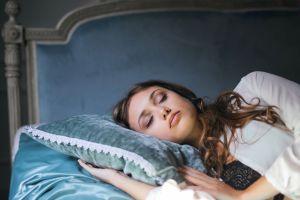 Cómo limpiar tu energía para dormir mejor