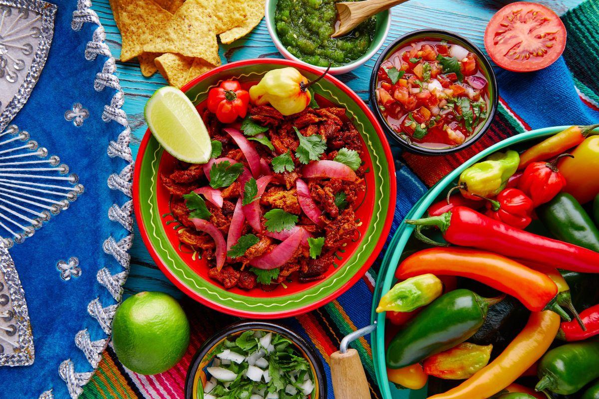La gastronomía mexicana es el resultado de una mezcla de ingredientes locales, técnicas culinarias y utensilios prehispánicos, que dan lugar a emblemáticos platillos tradicionales.