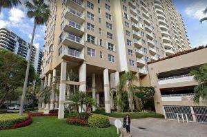 Un hombre con un casco entró en un condominio de Miami y disparó a un residente, que batalla por su vida