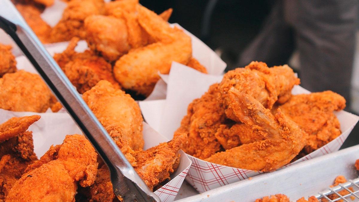 3 lugares donde te dan comida o servicios GRATIS en este Día Nacional del Pollo Frito