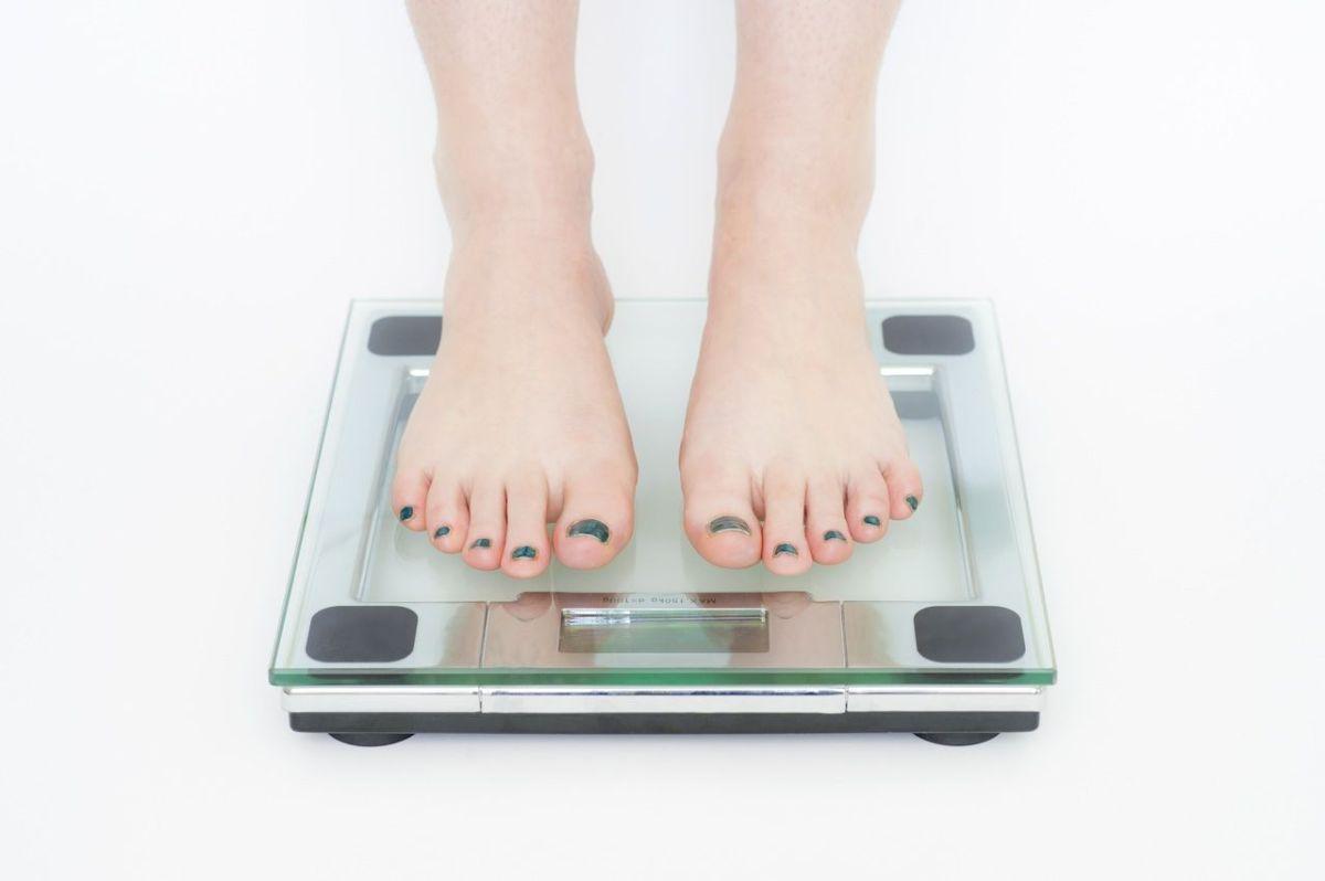 Qué tipo de ropa elegir si no eres alta y tienes unos kilos de más