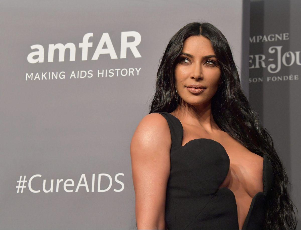 En tanga y top, Kim Kardashian deja ver sus prominentes curvas tomando el sol