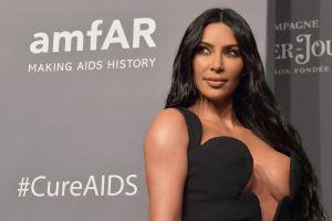 Kim Kardashian enseña sus curvas en la playa posando en bikini nude
