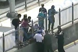 Hispana detenida por golpes a policías durante protestas en puente de Brooklyn; polémica porque otro salió en libertad sin fianza