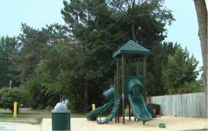 Captan a mujer manchando con heces humanas un parque infantil