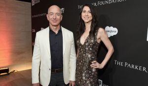 Exmujer de Jeff Bezos ganó $4,600 millones en un solo día. Ahora asegura que donó $1,700 millones