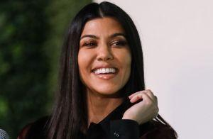 Kourtney Kardashian presume todo su cuerpo con un bikini multicolor