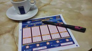 Gana más de $35 millones en la lotería con el primer boleto que compra en su vida