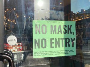 Los pequeños negocios en NY se revuelven ante la obligación de vigilar que los clientes usen máscaras