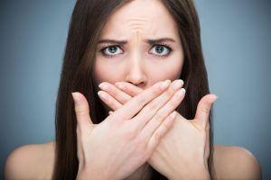 5 alimentos que causan mal aliento