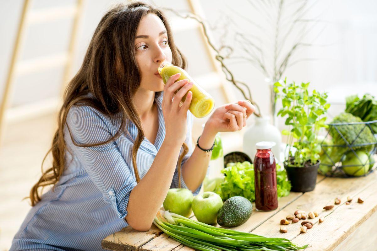 Prueba este remedio detox matutino para eliminar toxinas: batido de limón, apio y diente de león