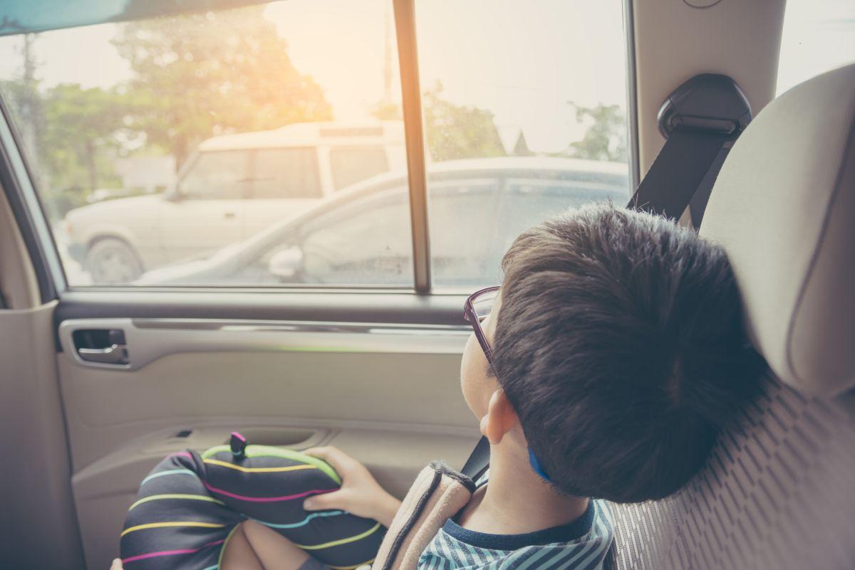 Niño se sale de auto en movimiento mientras conducía su papá