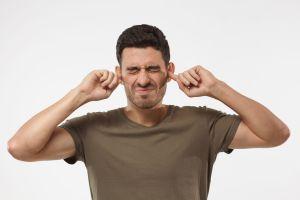 ¿Cuál es la manera correcta de eliminar los tapones de cera de los oídos?