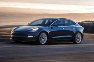 Graban a una persona intentando poner gasolina en un Tesla