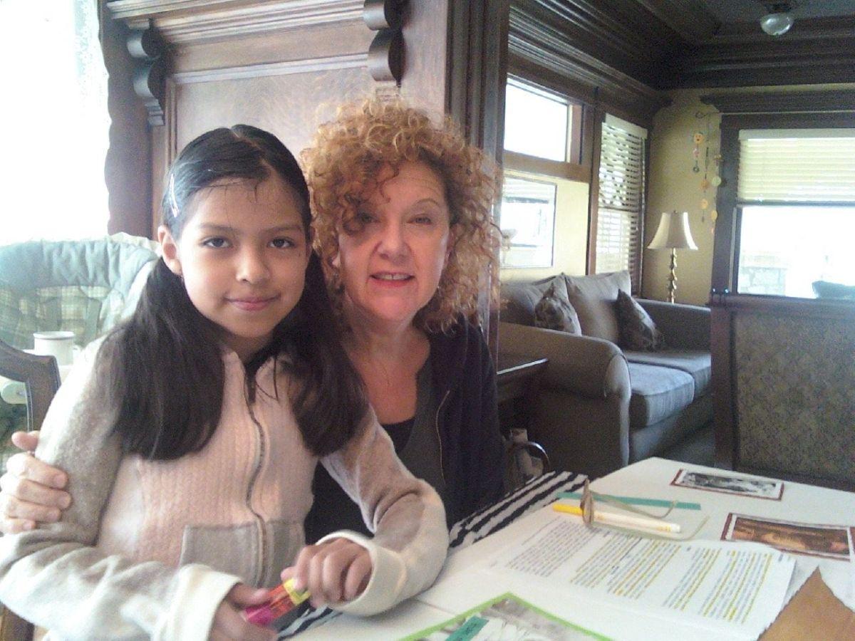 Anarely junto a su tutora Sandy, quien la acompañó por 8 años.