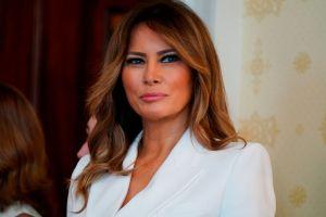 Melania Trump sorprende casi rubia al recibir árbol de Navidad para la Casa Blanca