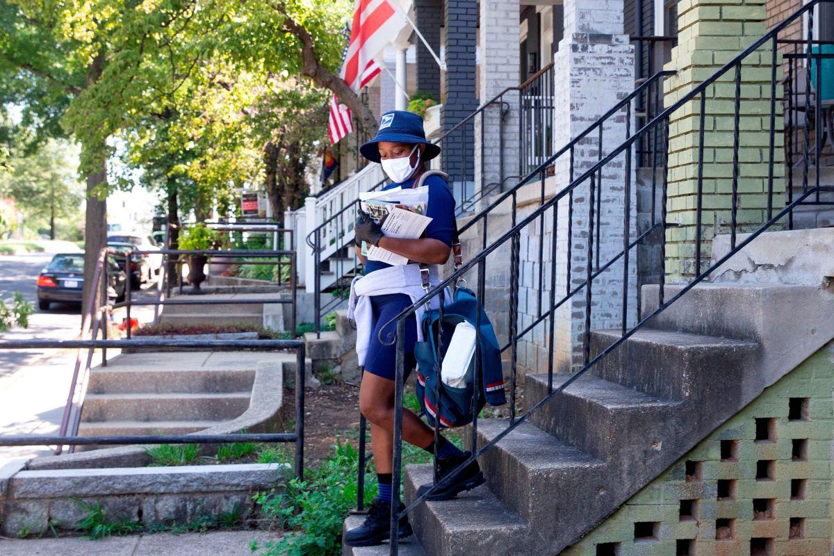 Imagen ilustrativa de una empleada del correo postal de EE.UU. (USPS).