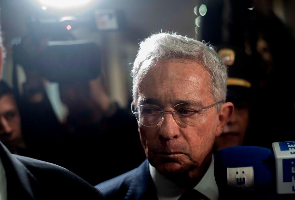 Ordenan detención domiciliaria a Álvaro Uribe, expresidente de Colombia