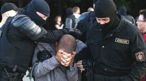 """""""Solo podían chillar del dolor"""": La brutalidad policial en las manifestaciones en Bielorrusia"""