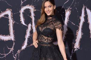 Natalia Barulich luce radiante en entallado vestido al lado de un Ferrari