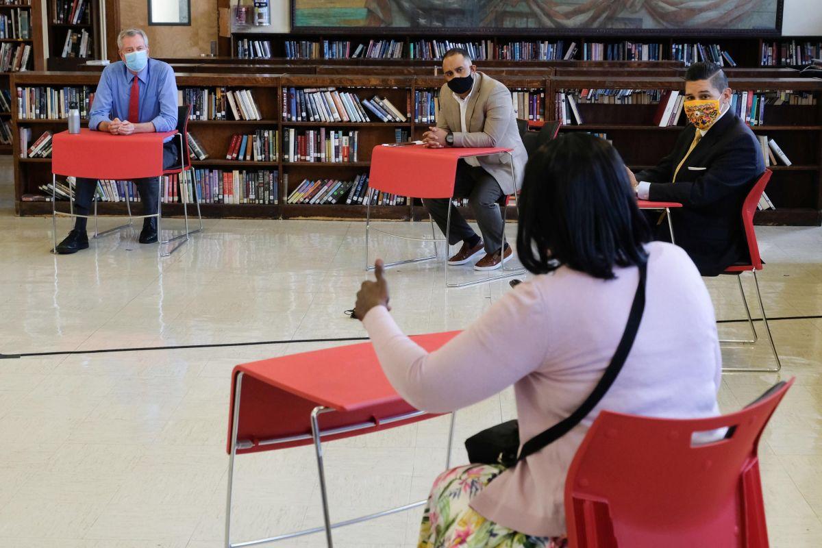 Alcalde anuncia acuerdo con maestros para reabrir escuelas el 10 de septiembre