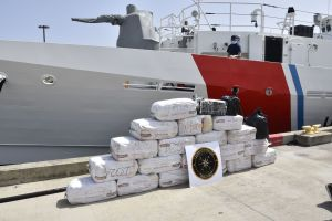 Guardacostas descargan en Puerto Rico $12 millones en cocaína capturada a narcos