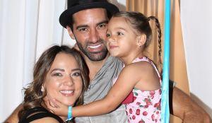 Alaïa, hija de Adamari López y Toni Costa, reza por sus padres y por sus abuelos