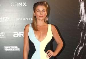 Ludwika Paleta muestra su lado más sexy, usando sólo una blusa y zapatillas