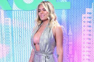 Rodeada de mujeres, Karol G se muestra en el sauna usando lencería nude