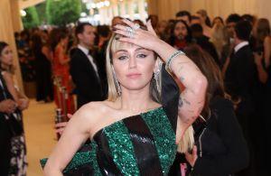 Sin ropa interior, Miley Cyrus se insinúa a la cámara usando un revelador top blanco