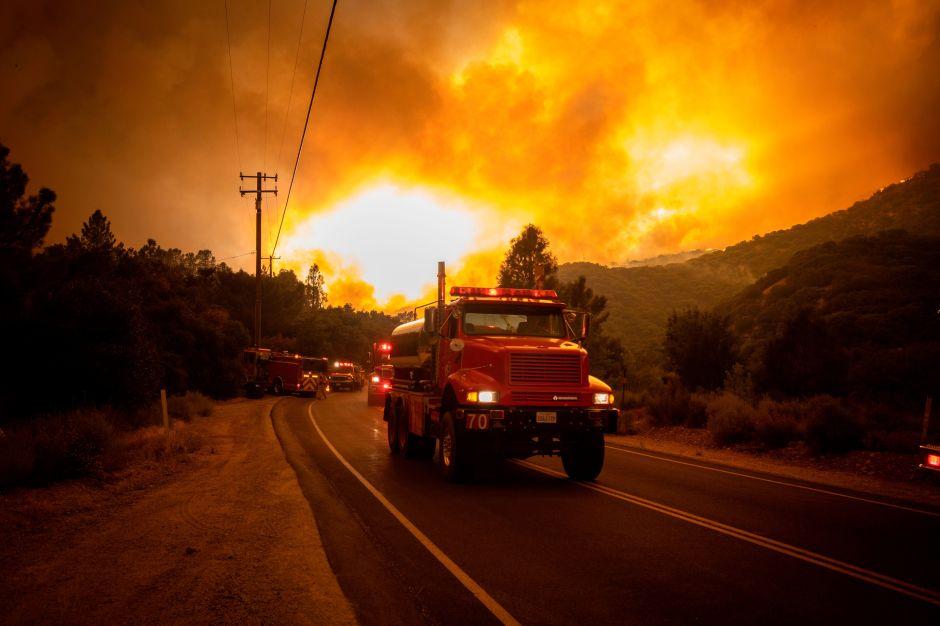 Captan en video lo que hizo correr a los bomberos de Ventura que asisten con el incendio Lake