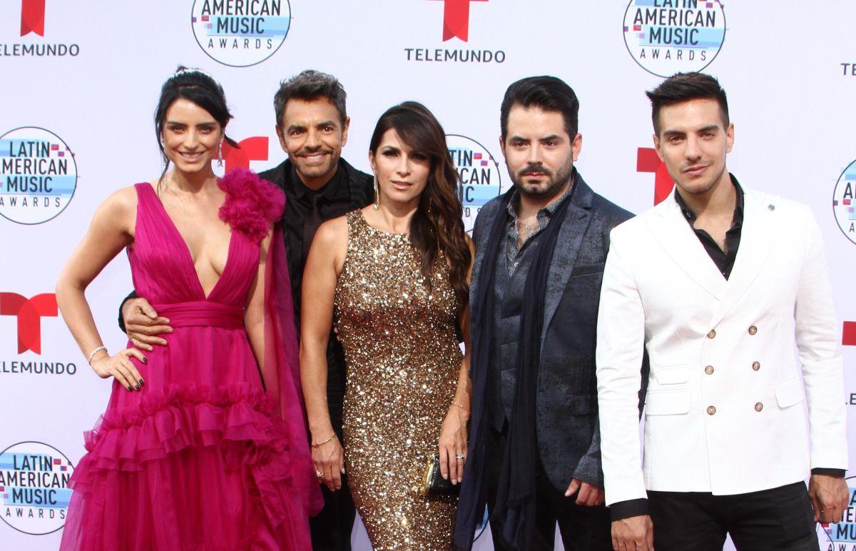 Eugenio Derbez con su esposa Alessandra Rosaldo y sus hijos Aislinn, Vadhir y José Eduardo Derbez.