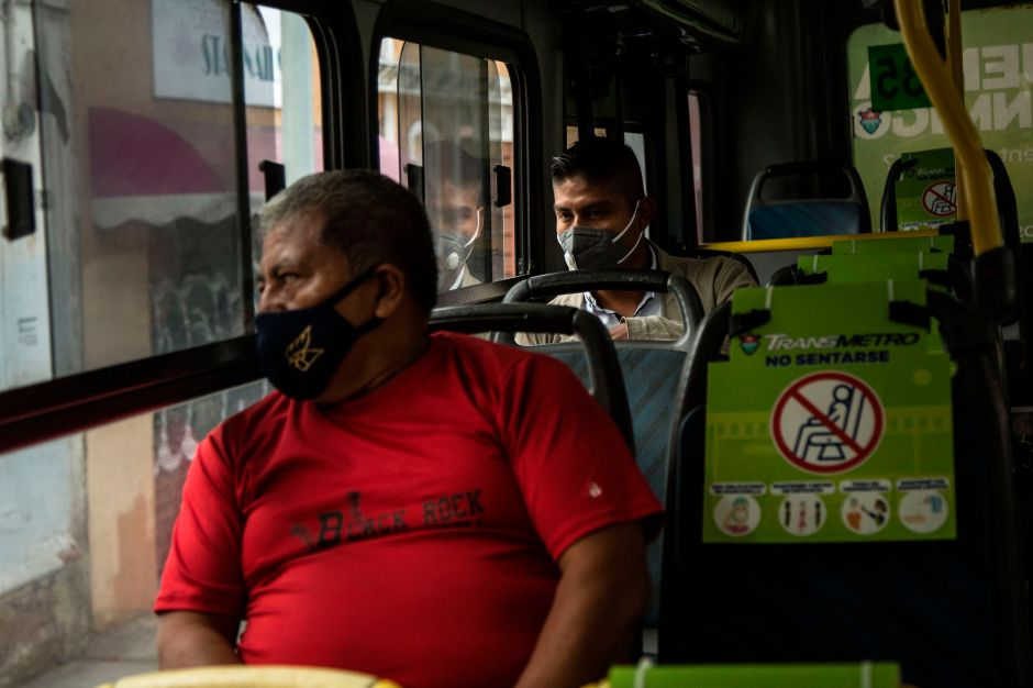 Recomendaciones del CDC para evitar contagiarte de coronavirus en el transporte público