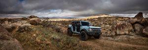 Mira cómo el Ford Bronco y el Jeep Wrangler Rubicon 2021 suben una roca gigante