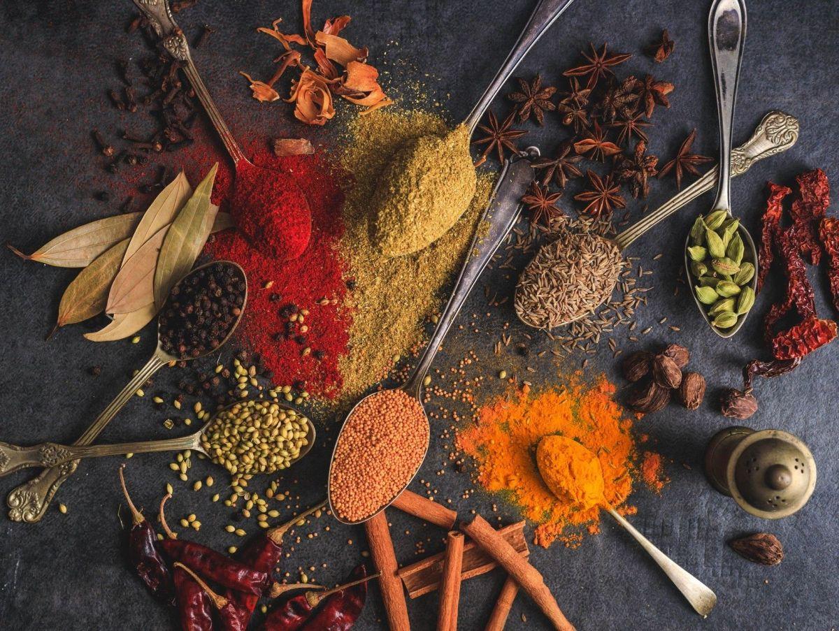 Las especias no pueden faltar en la lista de super-alimentos para prevenir y controlar la artritis, su contenido en compuestos únicos les confiere un inmenso poder antiinflamatorio.
