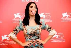 Lali Espósito se suma a una sugerente moda de mostrar la ropa interior