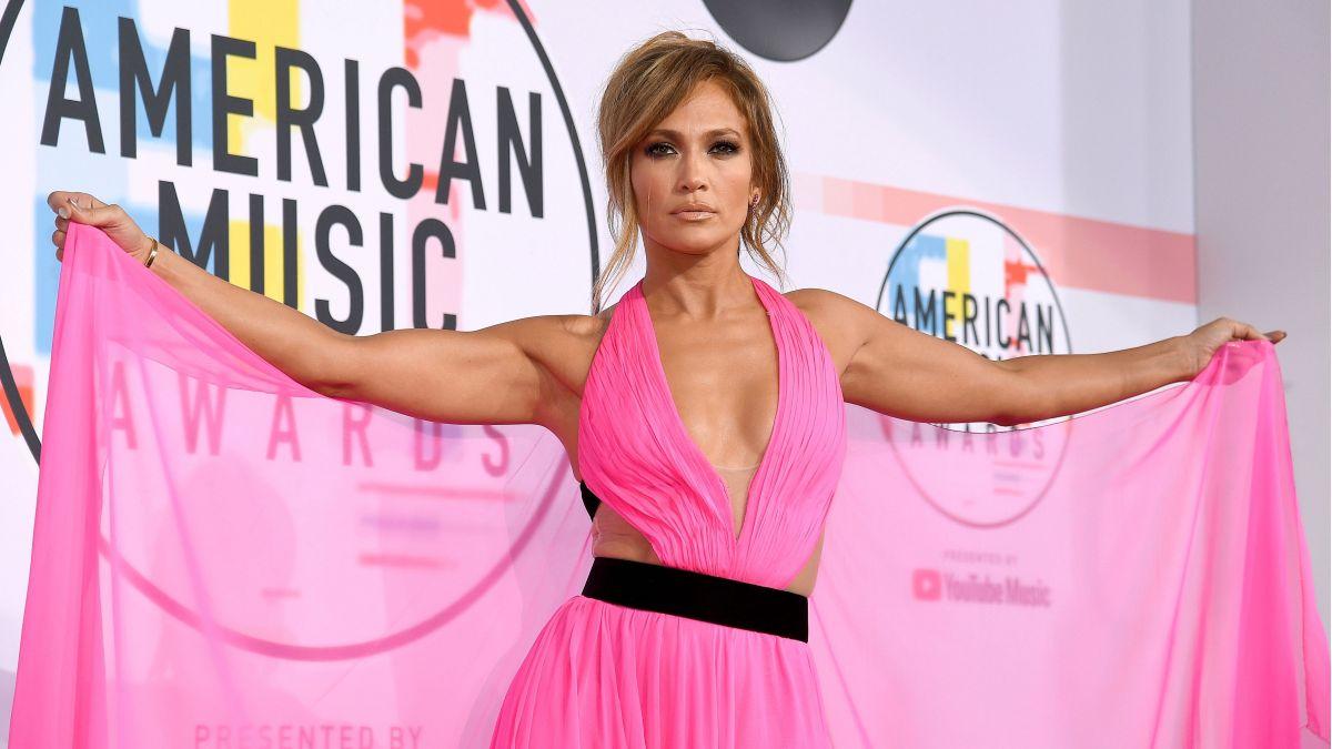 Jennifer López se hace 'selfie' con militares americanos y les reconoce el gran trabajo que han hecho
