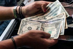 Los $600 dólares semanales por desempleo caen hasta $5 dólares en algunos estados mientras los trabajadores esperan un nuevo plan de ayuda