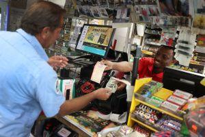 Gana la lotería gracias a que se le ponchó una llanta de su auto