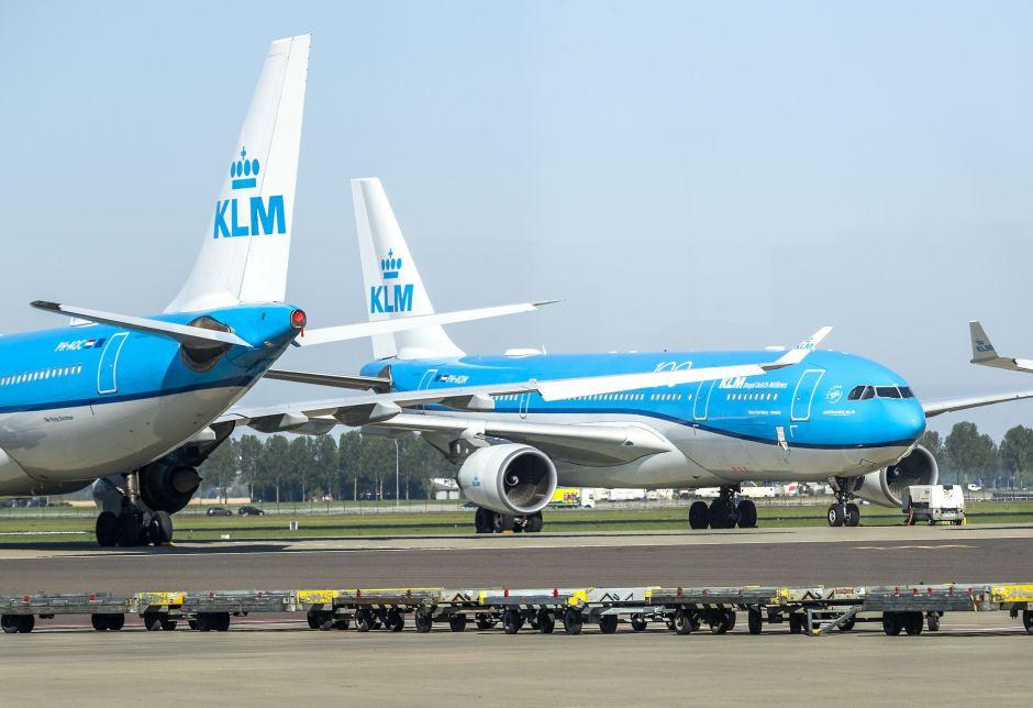 VIDEO: Pasajeros dan golpiza a hombre que rechazó usar máscara en avión de KLM
