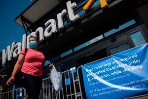 Hombre violento se enfrenta a empleados de Walmart por no querer llevar mascarilla