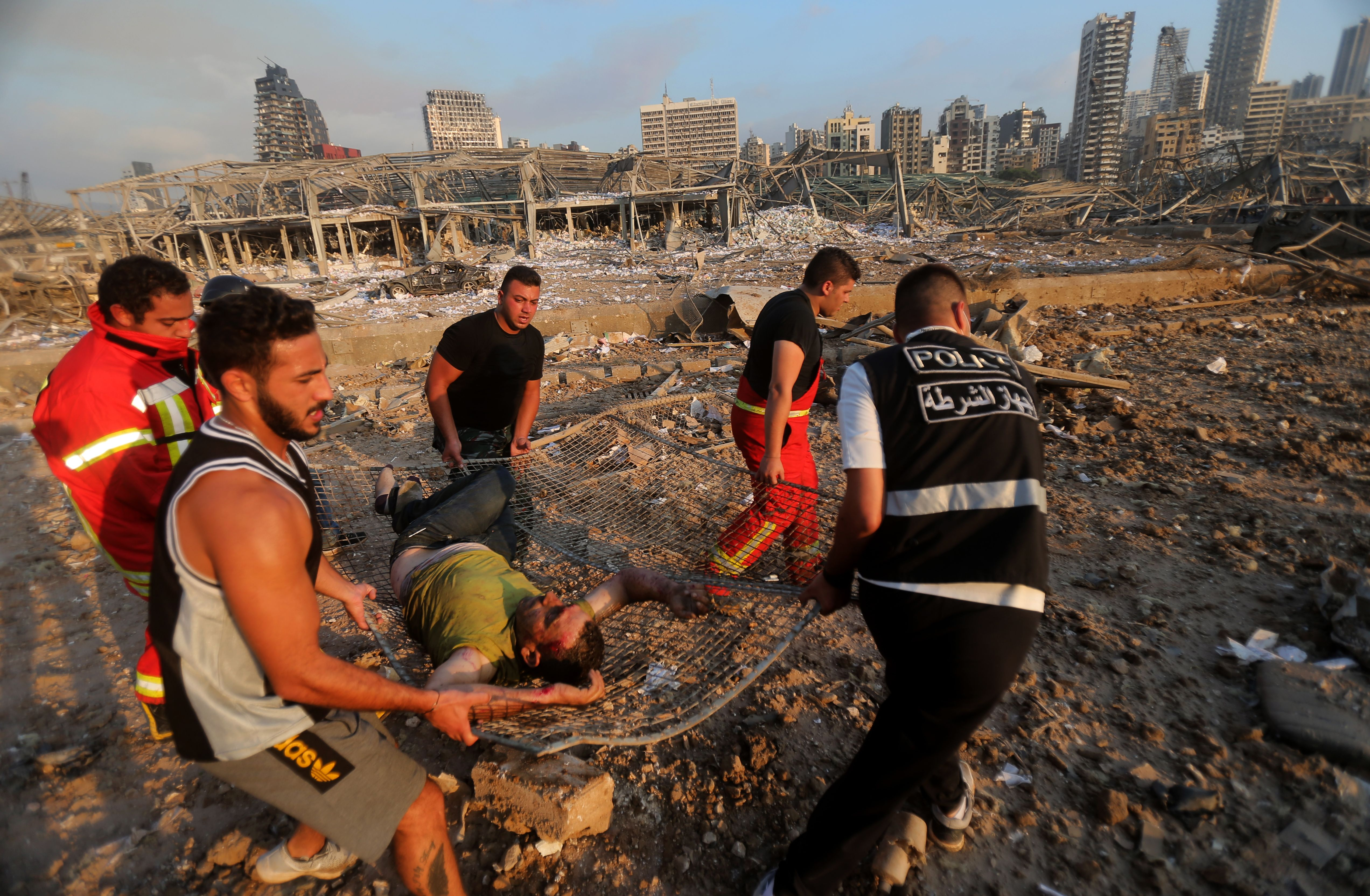 Un hombre herido es evacuado de la zona de la explisión en Beirut.
