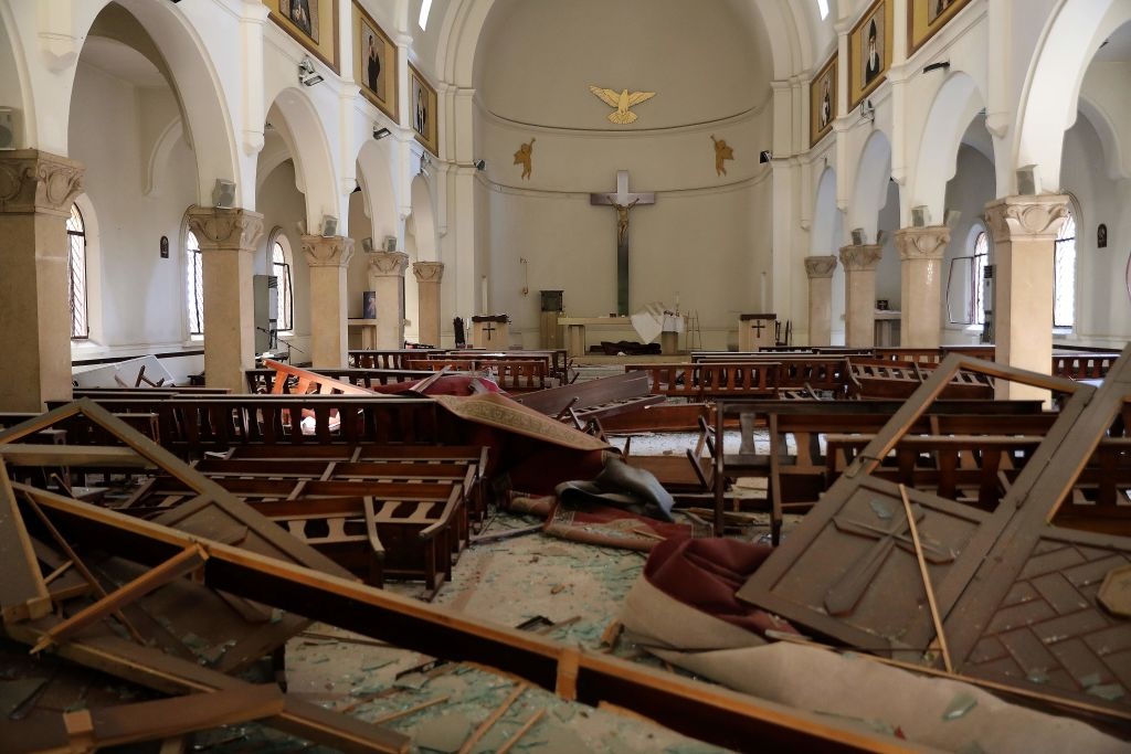 La reacción de un sacerdote al momento de la explosión en Beirut en plena misa